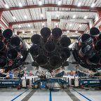 Elon Musk muestra el Falcon Heavy casi listo (y por error el número de teléfono móvil)